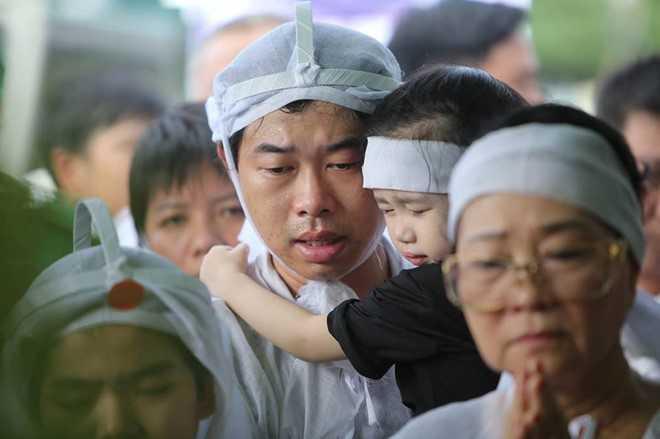 Nguoi dan chen lan, xo day de 'xem' dam tang NSND Thanh Tong tai nghia trang Go Den hinh anh 21