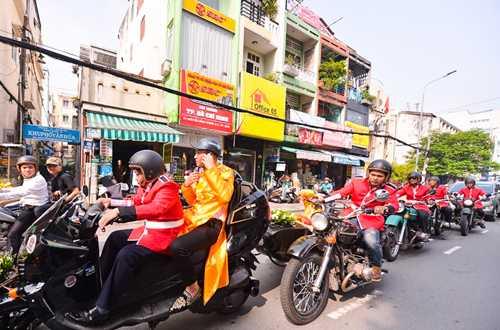 Em gai Huynh Phuc Dien duoc chu re ruoc bang doan moto hinh anh 2