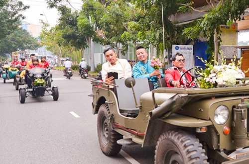 Em gai Huynh Phuc Dien duoc chu re ruoc bang doan moto hinh anh 4