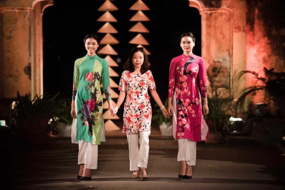 Nha thiet ke Lan Huong theu cong lang Ha Noi len lua du 'Festival Ao dai Ha Noi 2016' hinh anh 4