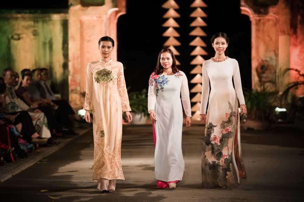 Nha thiet ke Lan Huong theu cong lang Ha Noi len lua du 'Festival Ao dai Ha Noi 2016' hinh anh 3