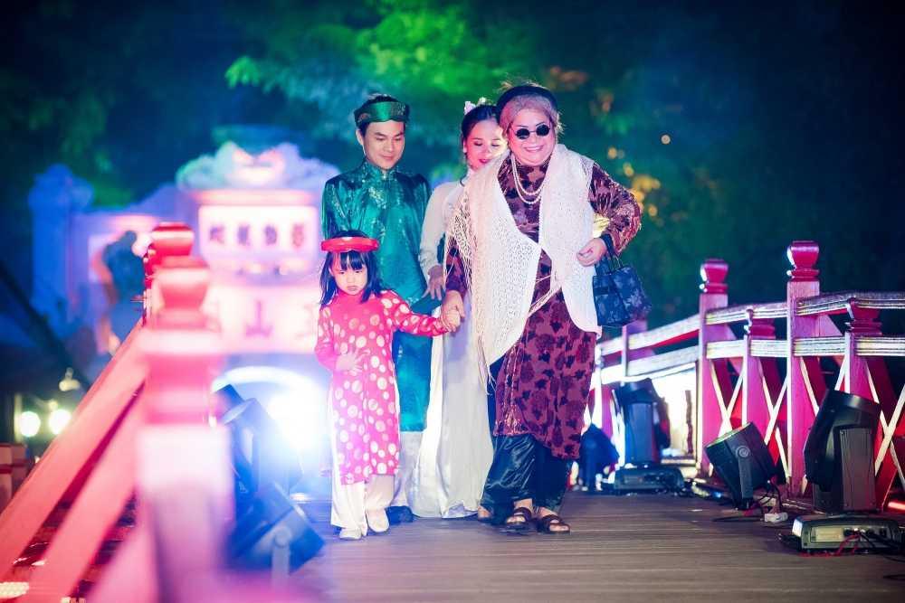 'Nang tho' To Nhu tiep tuc lam vedette trong man trinh dien ao dai Lan Huong hinh anh 6