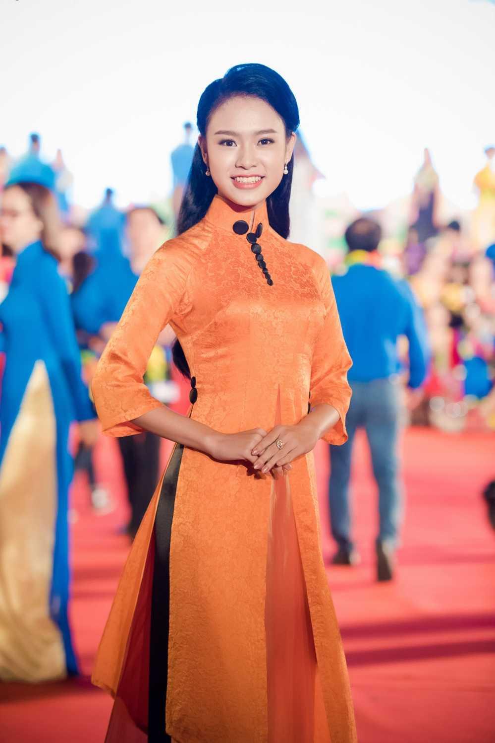 Nguoi dep hoc gioi nhat hoa hau Viet Nam bi fans 'bao vay' o su kien hinh anh 1