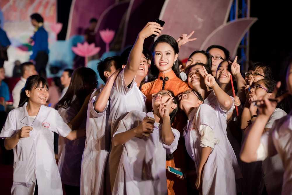 Nguoi dep hoc gioi nhat hoa hau Viet Nam bi fans 'bao vay' o su kien hinh anh 7