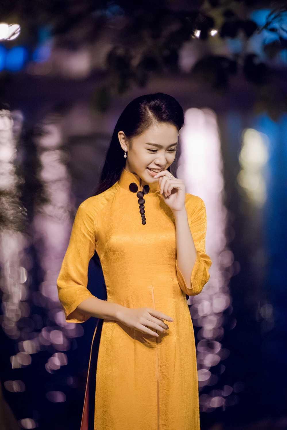 Nguoi dep hoc gioi nhat hoa hau Viet Nam bi fans 'bao vay' o su kien hinh anh 9