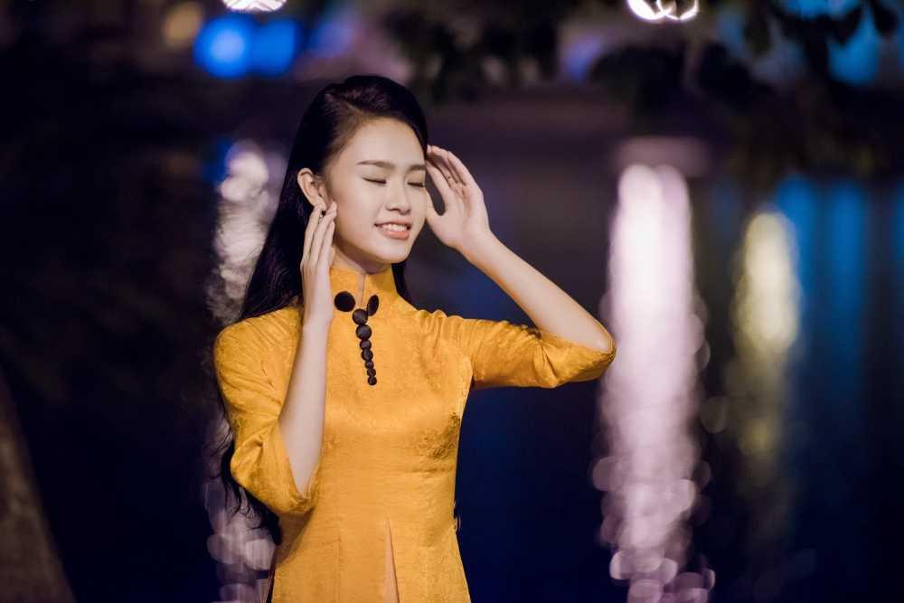 Nguoi dep hoc gioi nhat hoa hau Viet Nam bi fans 'bao vay' o su kien hinh anh 10