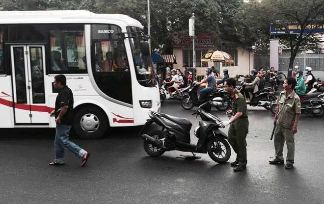 Thanh nien bi chem gan lia tay khi dang chay xe o Sai Gon hinh anh 1