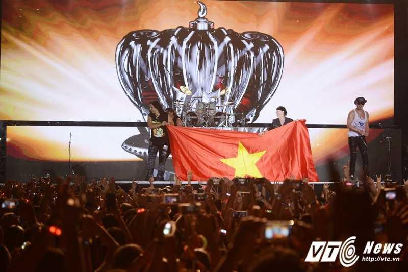 'Huyen thoai' Scorpions khoac quoc ky Viet Nam, 'dot chay' hon 10.000 khan gia Monsoon 2016 hinh anh 8