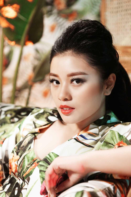 Sao Mai Thu Hang ngam minh duoi nuoc lanh, du tren cap treo thuc hien MV dau tay hinh anh 1