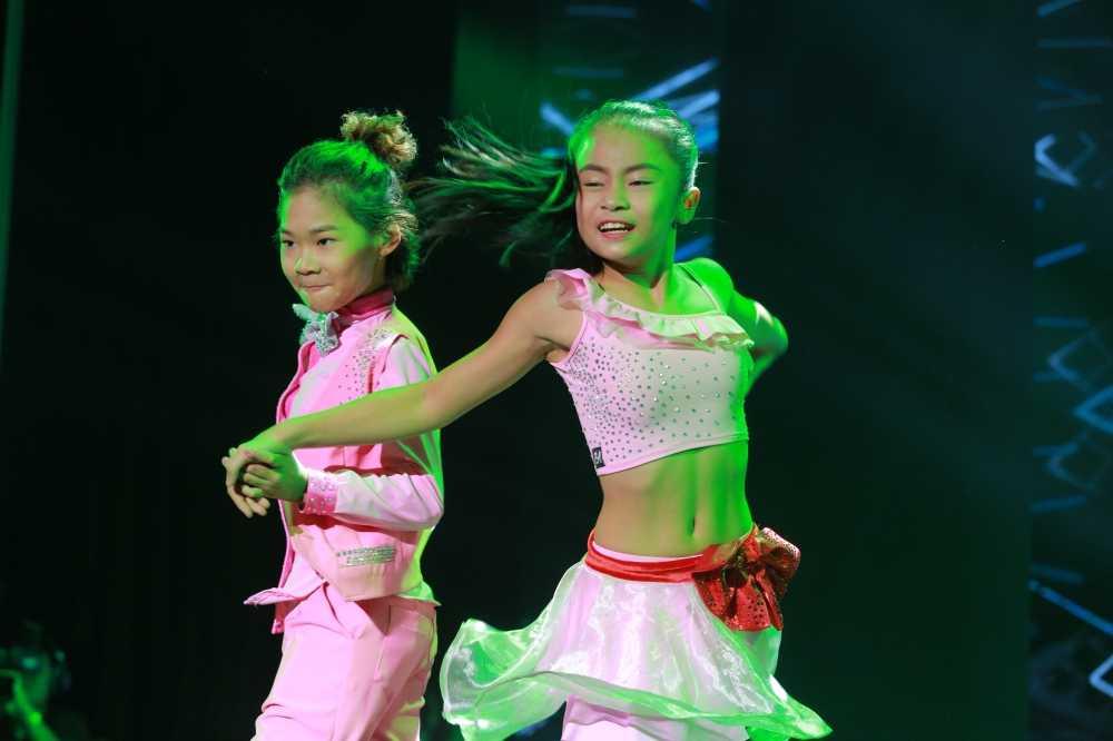 Lo dien cap doi vu cong nhi duy nhat trong liveshow Che Linh hinh anh 1