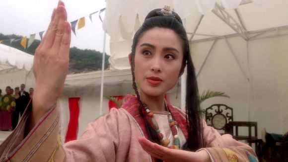 He lo hong nhan tri ky cua Hoang Phi Hong ngoai doi va tren phim hinh anh 12