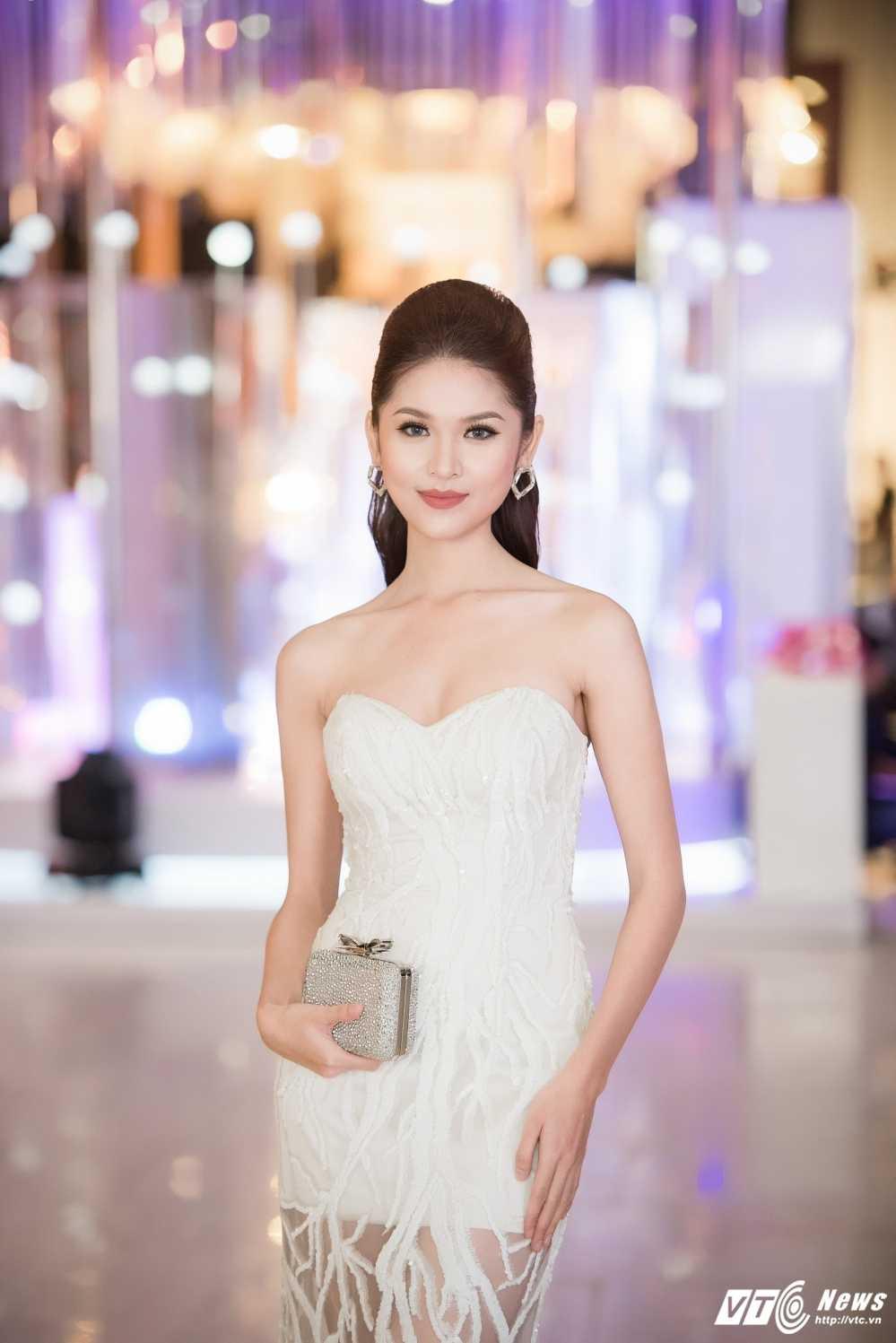Hoa hau My Linh 'lot xac' ca tinh, A hau Thanh Tu mac goi cam tao bao hinh anh 10