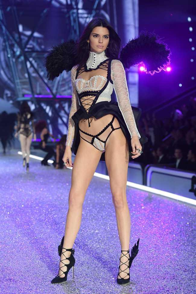 Dan thien than noi y nong bong trong Victoria's Secret Fashion Show 2016 hinh anh 46