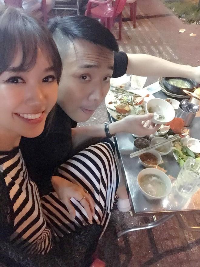 Tran Thanh va Hari Won tinh cam di an dem o via he ngay truoc le cuoi hinh anh 5