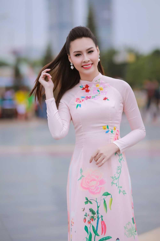 Hoa hau bien Thuy Trang duoc sinh vien hao hung vay quanh hinh anh 2