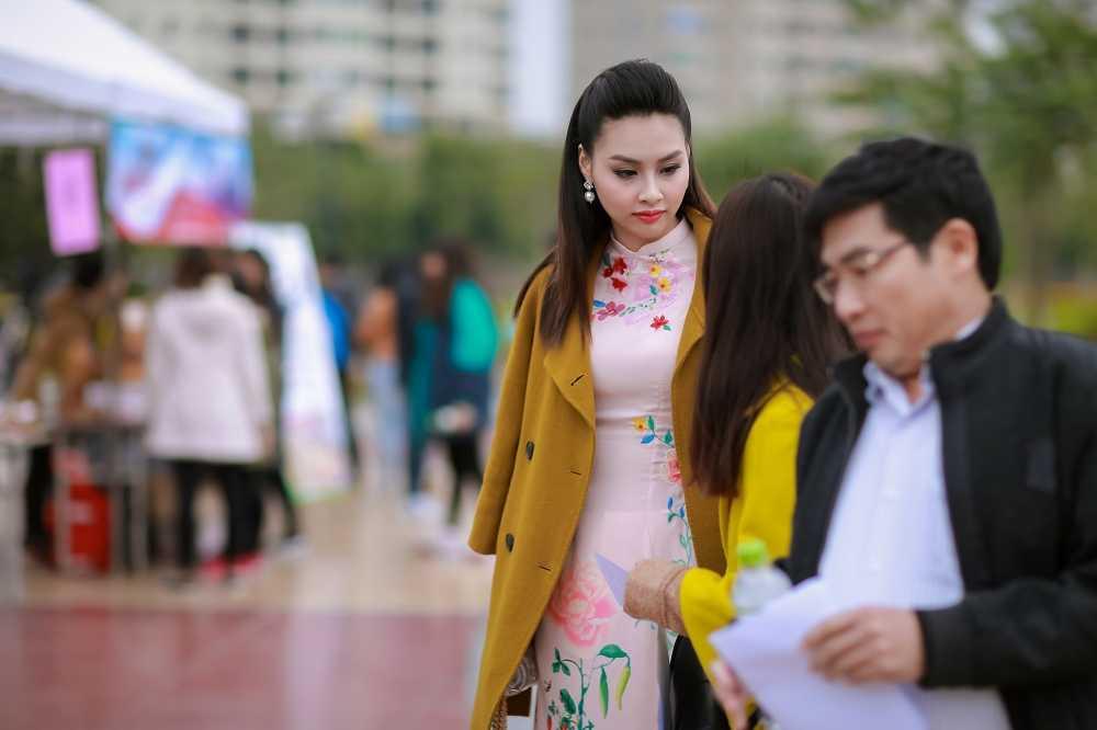 Hoa hau bien Thuy Trang duoc sinh vien hao hung vay quanh hinh anh 4
