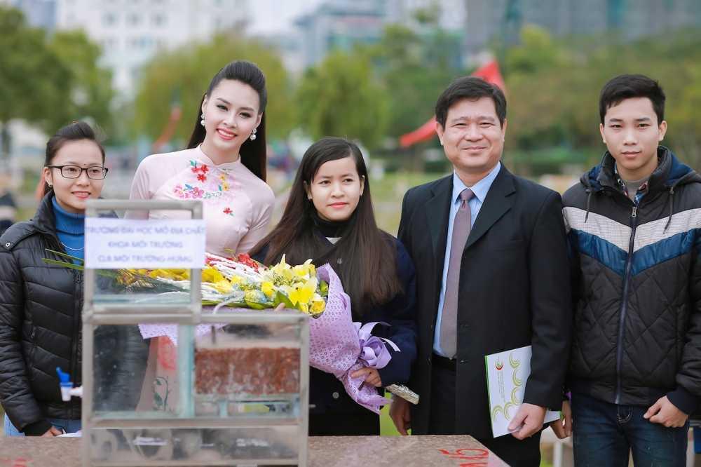 Hoa hau bien Thuy Trang duoc sinh vien hao hung vay quanh hinh anh 7