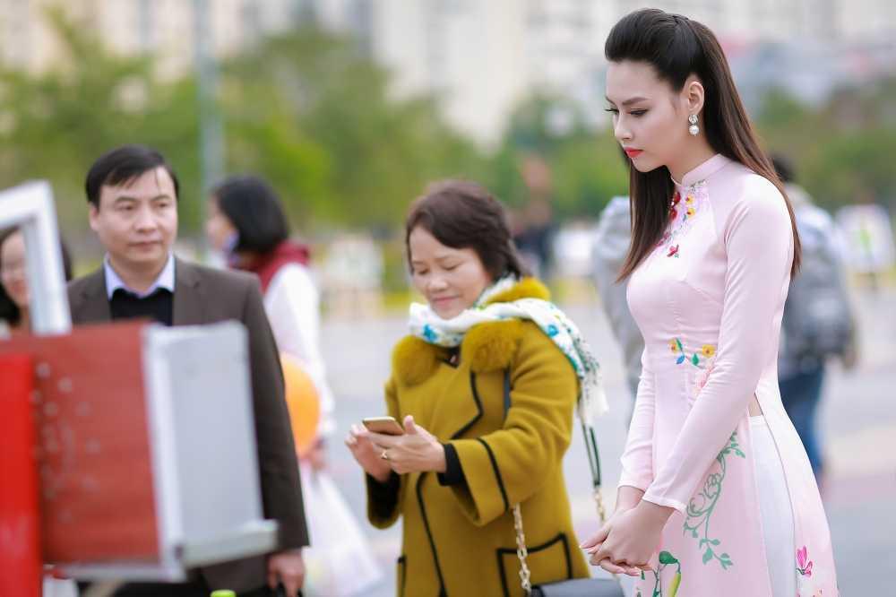 Hoa hau bien Thuy Trang duoc sinh vien hao hung vay quanh hinh anh 8