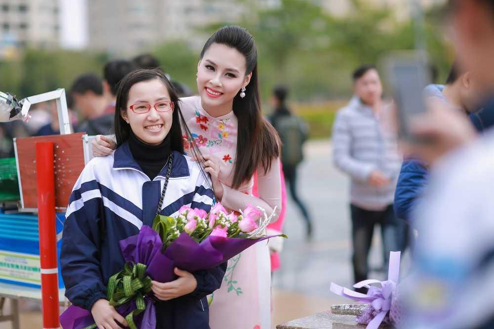 Hoa hau bien Thuy Trang duoc sinh vien hao hung vay quanh hinh anh 9