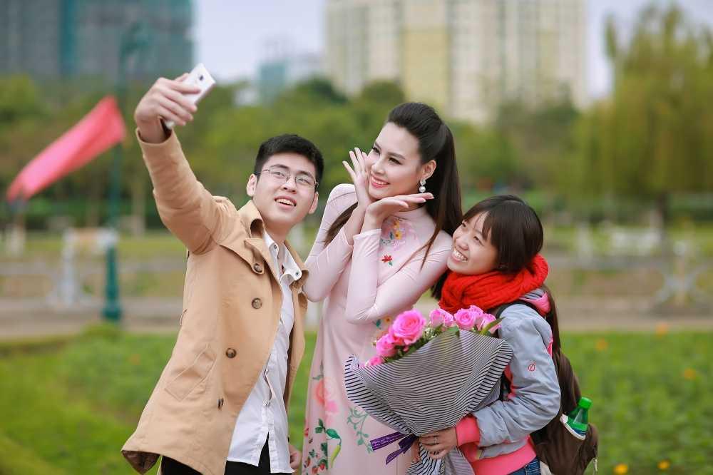 Hoa hau bien Thuy Trang duoc sinh vien hao hung vay quanh hinh anh 10