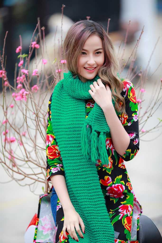 Khanh Ngan xinh dep den ngan ngo trong tiet Xuan Ha Noi hinh anh 1