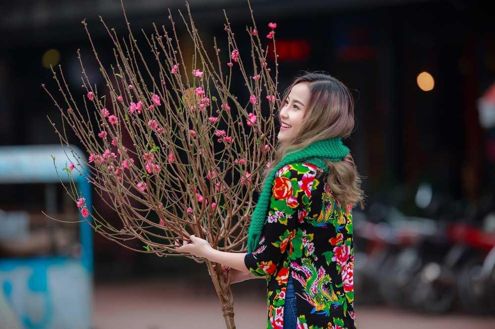 Khanh Ngan xinh dep den ngan ngo trong tiet Xuan Ha Noi hinh anh 3