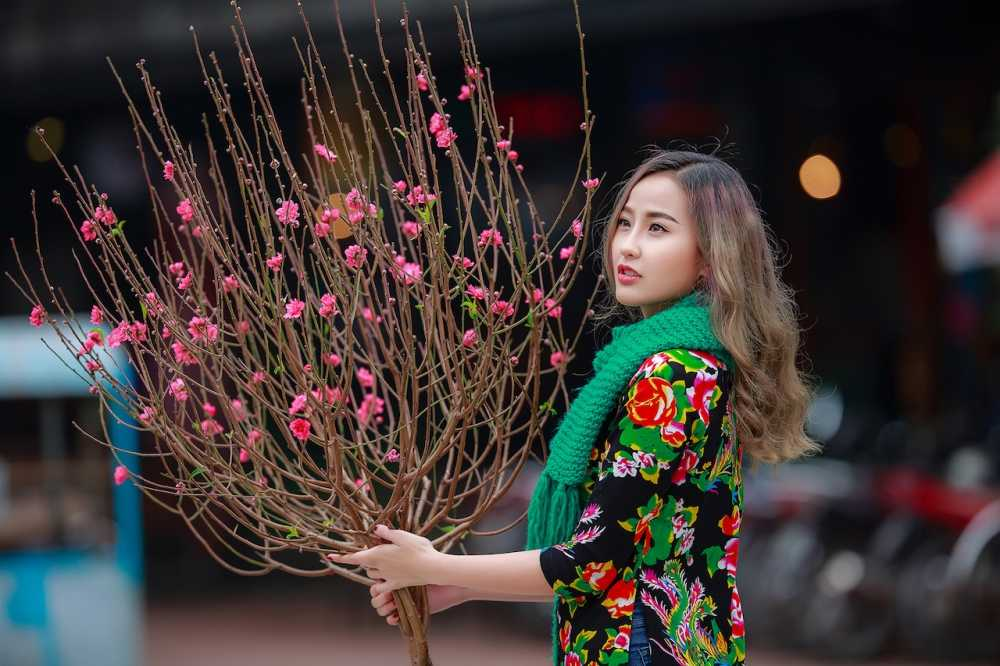 Khanh Ngan xinh dep den ngan ngo trong tiet Xuan Ha Noi hinh anh 2
