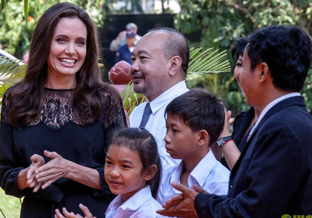 Angelina Jolie va cac con xuat hien tren tham do o Campuchia hinh anh 3