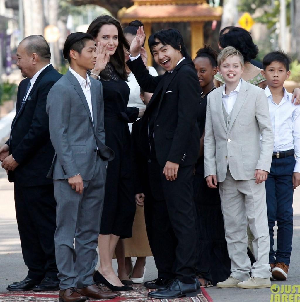 Angelina Jolie va cac con xuat hien tren tham do o Campuchia hinh anh 1