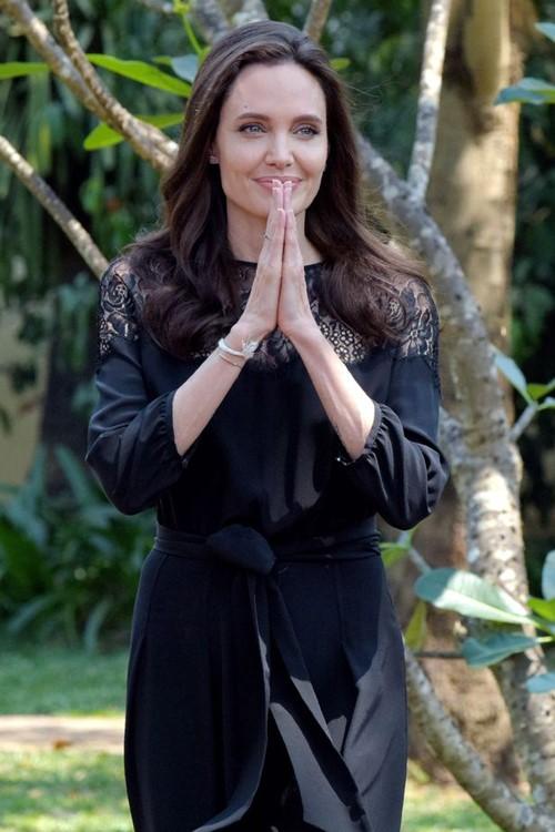 Angelina Jolie va cac con xuat hien tren tham do o Campuchia hinh anh 4
