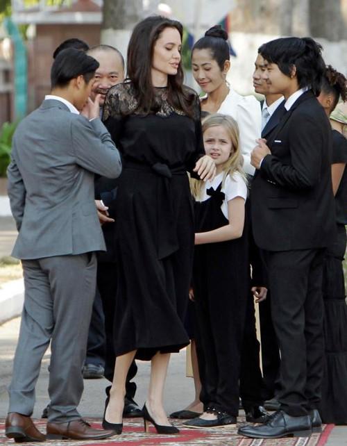 Angelina Jolie va cac con xuat hien tren tham do o Campuchia hinh anh 2