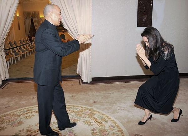 Angelina Jolie va cac con xuat hien tren tham do o Campuchia hinh anh 5