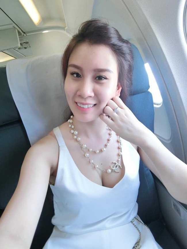Chi vo 2 sexy moi bien MC Thanh Trung thanh nguoi dan ong the nay hinh anh 2