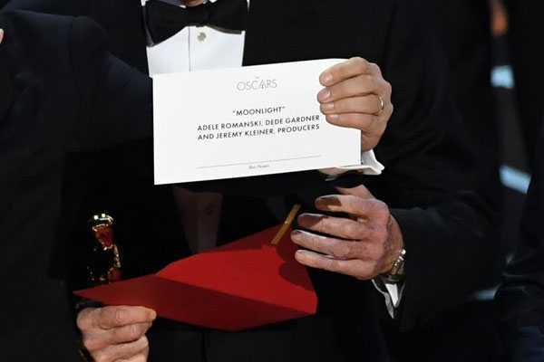 Su co di vao lich su 89 nam Oscar: Hon loan vi trao nham ket qua hinh anh 4
