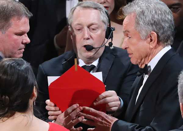 Su co di vao lich su 89 nam Oscar: Hon loan vi trao nham ket qua hinh anh 3