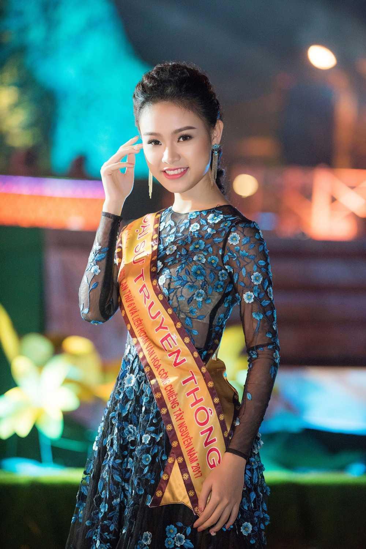 'Co gai vang' cua Hoa hau Viet Nam long lay tren san khau be mac Le hoi ca phe hinh anh 7