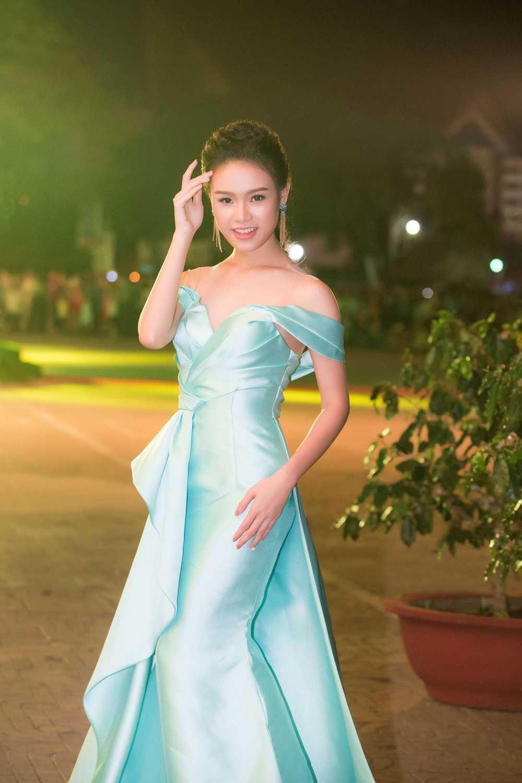 'Co gai vang' cua Hoa hau Viet Nam long lay tren san khau be mac Le hoi ca phe hinh anh 4