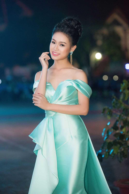 'Co gai vang' cua Hoa hau Viet Nam long lay tren san khau be mac Le hoi ca phe hinh anh 2