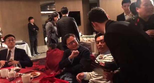 Huynh Hieu Minh gay bat ngo khi cui xin chu ky Co Thien Lac hinh anh 2