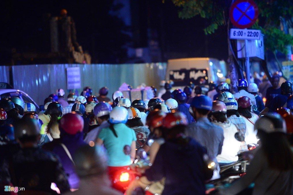 TP.HCM: Hang nghin phuong tien ket cung suot 5 gio tai vong xoay Nguyen Thai Son hinh anh 6