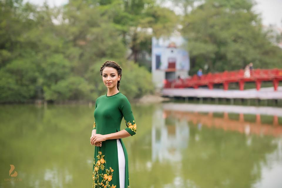 Hoa hau Phap thuot tha trong ta ao dai dao pho Ha Noi hinh anh 8