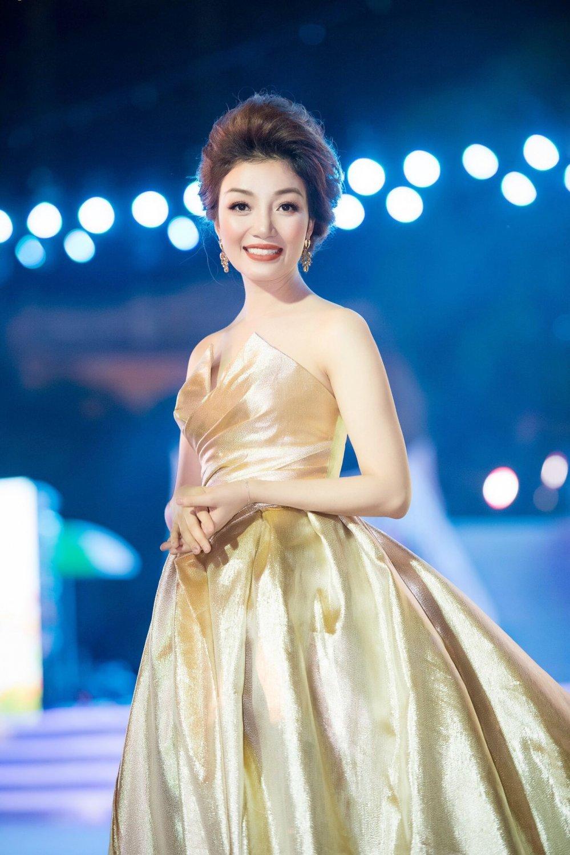 Pham Thu Ha long lay tren san khau dat Cang hinh anh 4