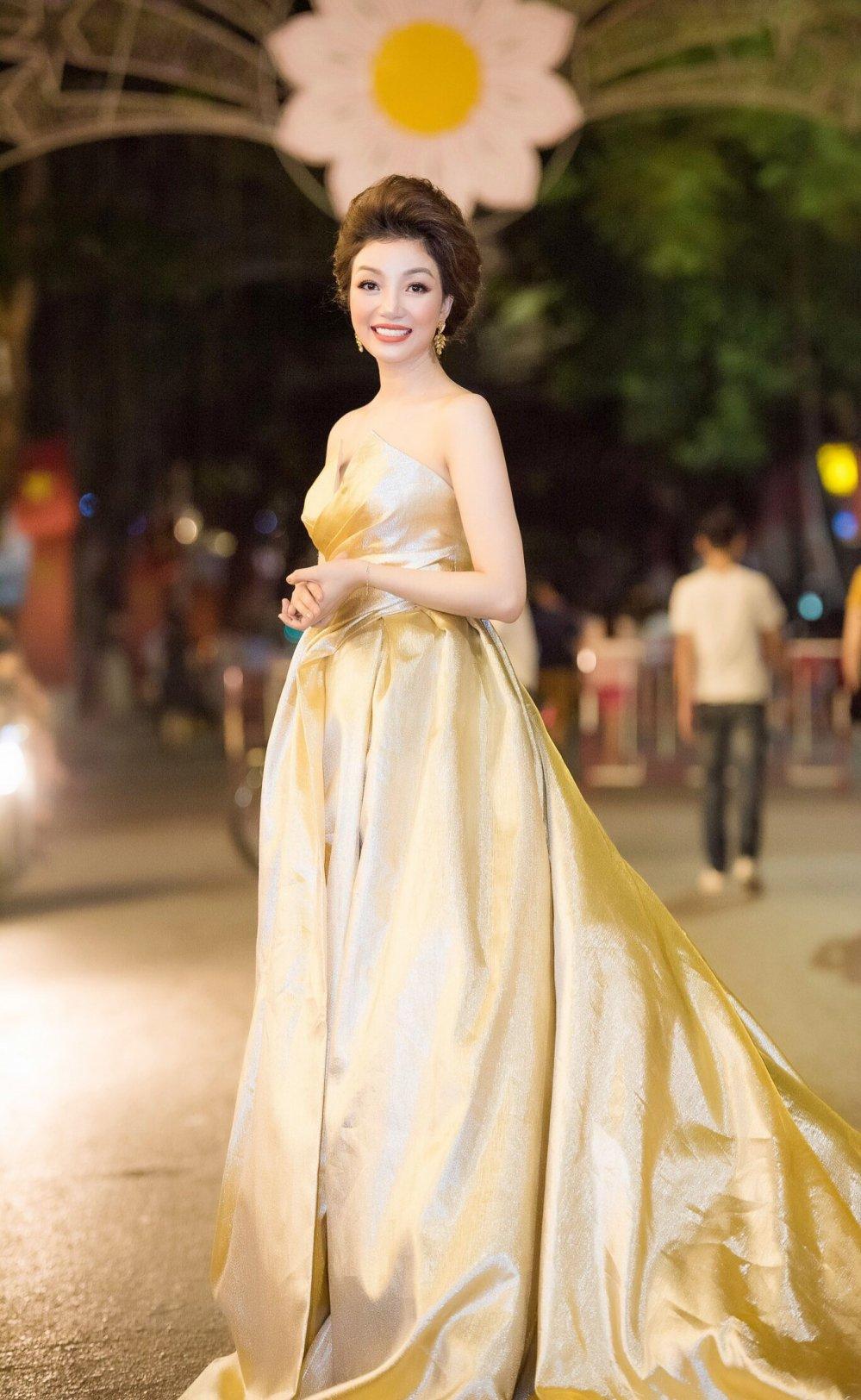 Pham Thu Ha long lay tren san khau dat Cang hinh anh 7