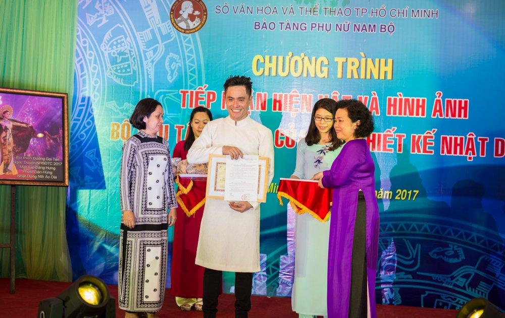 NTK Nhat Dung bat khoc khi trao tang hien vat cho Bao Tang Phu nu Nam Bo hinh anh 1