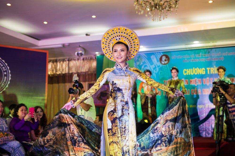 NTK Nhat Dung bat khoc khi trao tang hien vat cho Bao Tang Phu nu Nam Bo hinh anh 11