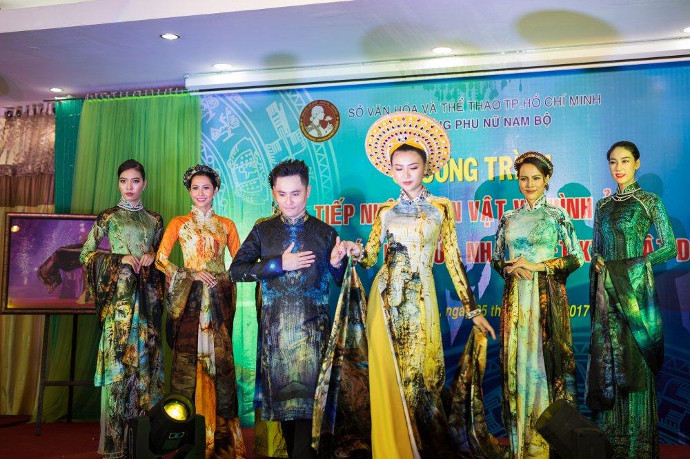 NTK Nhat Dung bat khoc khi trao tang hien vat cho Bao Tang Phu nu Nam Bo hinh anh 3