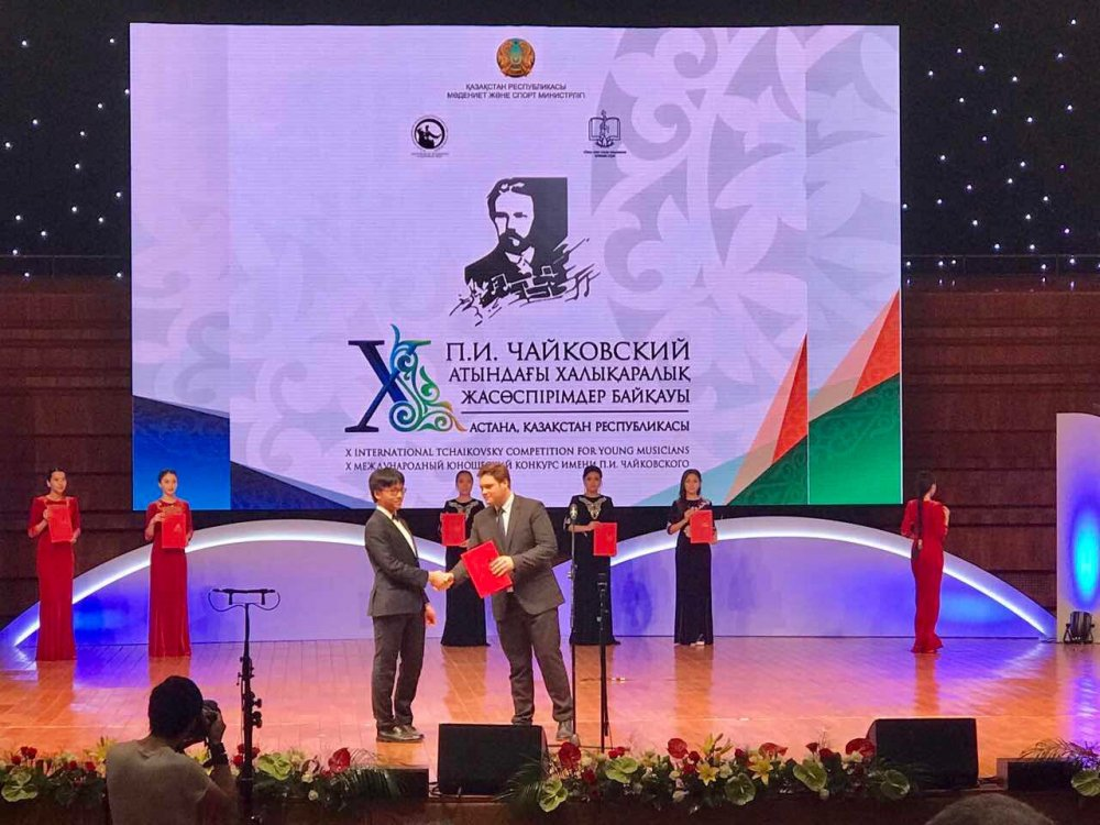 Tran Le Quang Tien - 'tro cung' cua Bui Cong Duy lot top 8 cuoc thi violon Tchaikovsky hinh anh 1