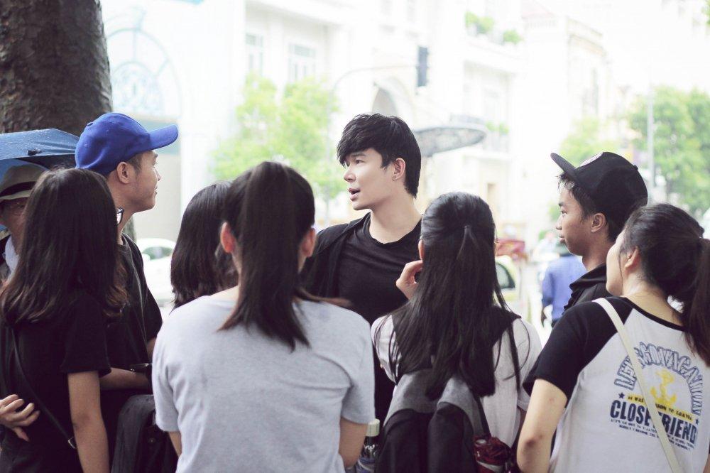 Nathan Lee bi fans 'vay' o bo Ho Ha Noi hinh anh 7