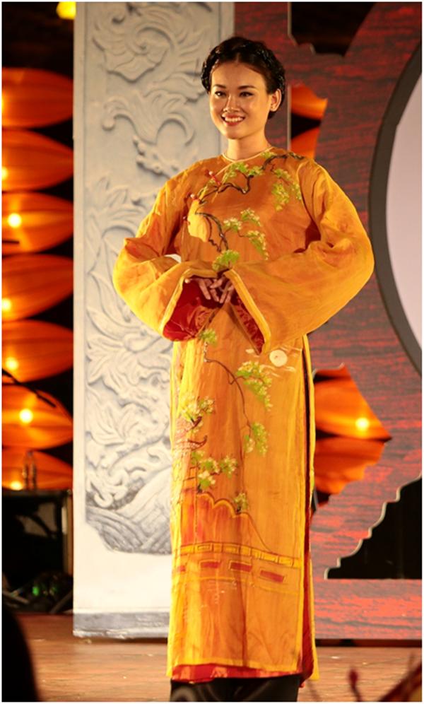 Hon Viet bung sang trong bo suu tap ao dai Thu vong Nguyet hinh anh 1