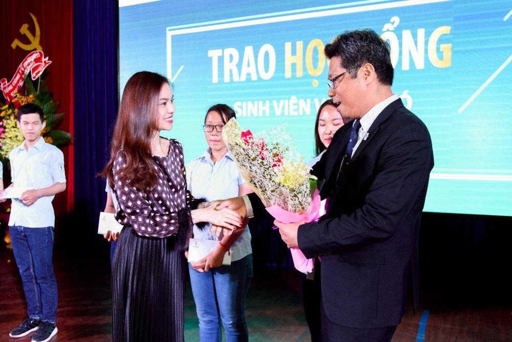 Giang Hong Ngoc danh cat-xe lam hoc bong cho sinh vien ngheo hinh anh 6